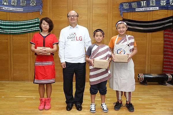 台灣LG2電子金柄亨董事長捐贈營養餐盒給予福山國小孩童