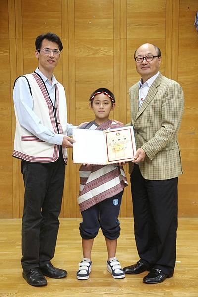 福山國小劉世和校長與學童代表回贈感謝狀予台灣LG電子金柄亨董事長