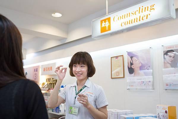 【照片圖說】藥妝店提供專業藥師健康諮詢,民眾購買保健、藥品類商品更加安心。