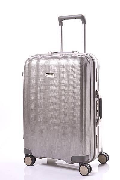 Samsonite_Cubelite_鋁框款,為Curv材質首款結合鋁框的行李箱,25吋,46.5x67x30_cm,售價NTD25,800。