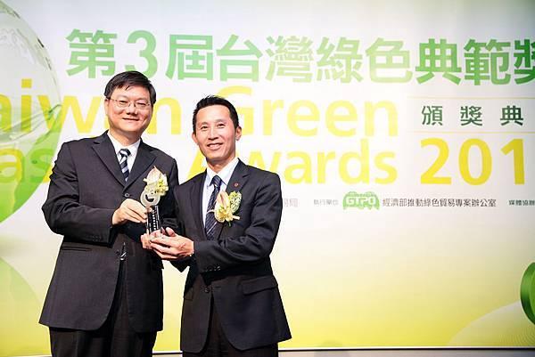 經濟部次長杜紫軍(左)頒發獎項給歐德傢俱馬國慶副董事長(右)