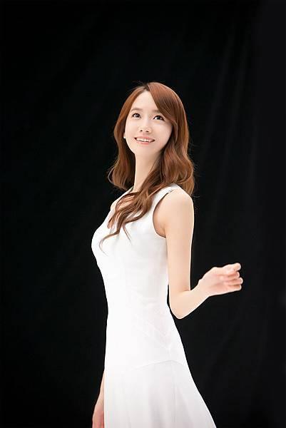 02潤娥以一襲白色夢幻長洋裝散發唯美迷人的姿態