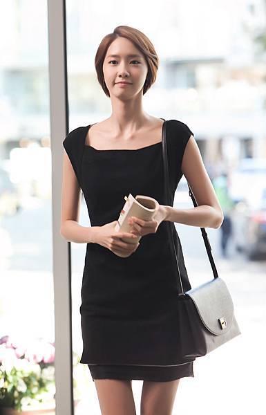 05潤娥以多款私服和清純樣貌全新亮相 氣質OL亮眼演出