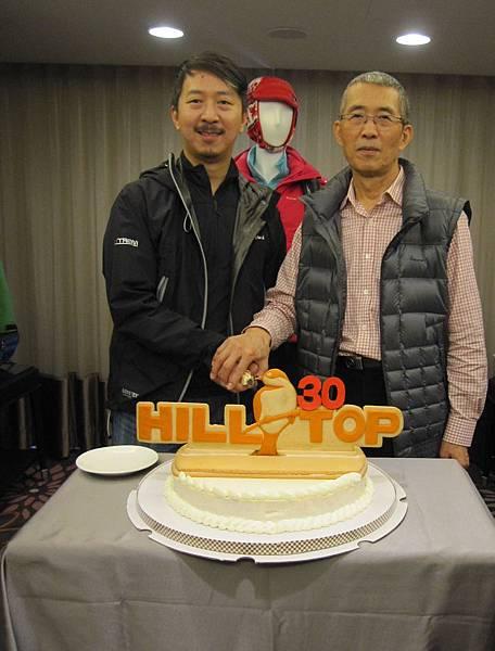 山頂鳥總經理方顯裕與現職行銷業務部經理的兒子方碩蔚 共同慶祝山頂鳥成立30周年