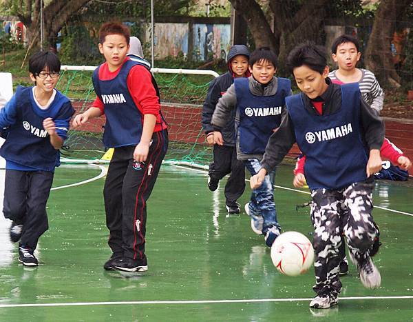 【YAMAHA CUP】最終站大鵬國小高年級男童儘管飄著小雨,不減對課程學習熱情,展現天分