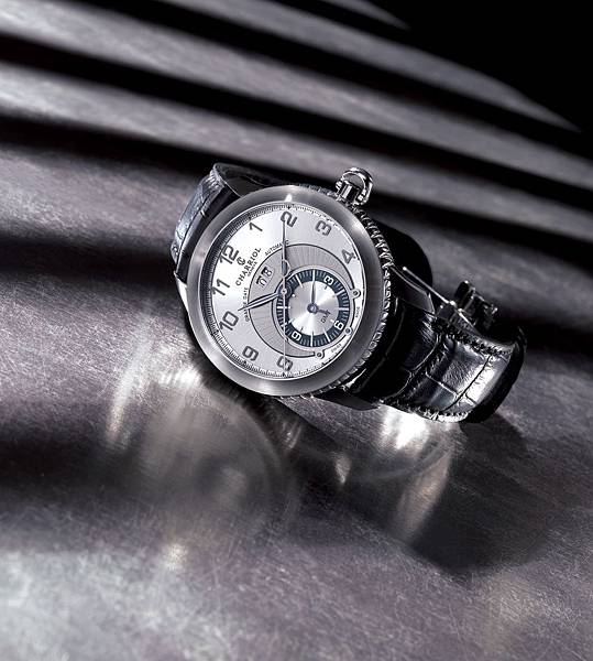 圖十三 COLVMBVS™ Grande Date GMT腕錶形象照,建議售價NT$132,900