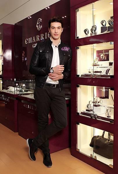 圖十五 錦榮佩戴CHARRIOL GRAN CELTICA™ 自動計時白色腕錶,建議售價NT$132,900