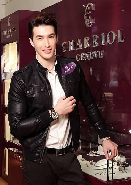 圖十八 錦榮佩戴COLVMBVS™ Grande Date GMT腕錶,建議售價NT$132,900