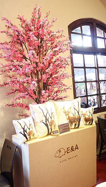 1030125 E&A 茶坊展開幕活動 (10) 現場好大好美的櫻花樹與這次展覽活動的最大獎