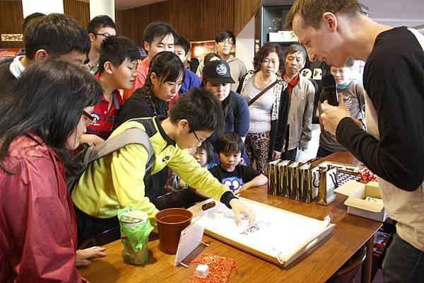 1030125 E&A 茶坊展開幕活動 (2) 開始骰子遊戲 所有人都聚精會神投入遊戲中