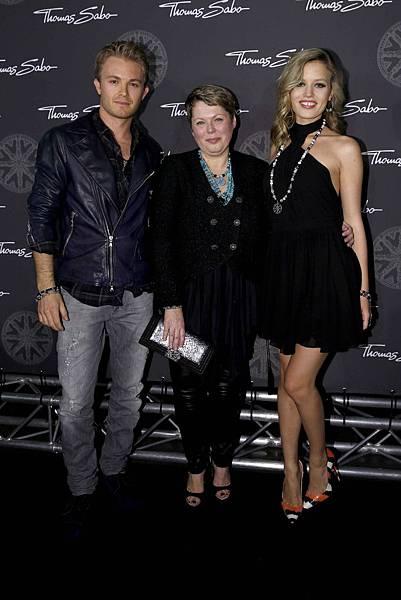 3.THOMAS SABO 2014代言人Nico Rosberg,首席設計師Susanne Kölbli與Georgia May Jagger於背板前合影