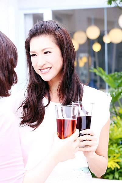 李詠嫻以一襲純白荷葉春裝亮麗拍攝廣告,襯托出紅潤好氣色!艾力克斯大讚依舊年輕漂亮、肌膚緊實 (2)