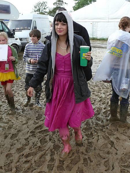 Lily Allen 身穿桃紅洋裝與Barbour 外套