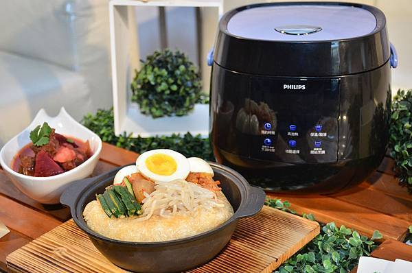 飛利浦微電鍋獨創觸控式螢幕、一體成形時尚黑,擁有六項智慧烹調、五大貼心功能,可烹調米飯、煲湯、煮粥、燉品、鍋巴、優格。(圖片飛利浦提供)