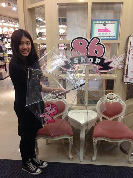 4月10日至5月12日於86小舖實體門市單筆消費滿$3,000,即可獲得「86小舖獨家小獸傘」。
