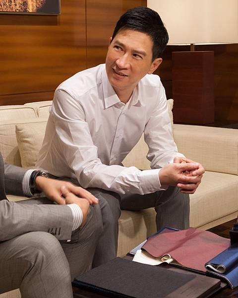 張家輝與Ermenegildo Zegna量身訂製專業顧問討論西裝選擇