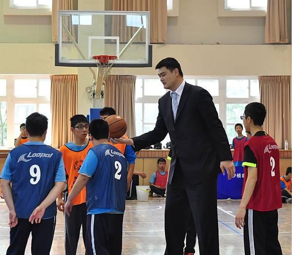 國際特殊奧林匹克全球形象大使姚明親臨新北市新北特殊教育學校,為融合運動開球並指導學生籃球戰術