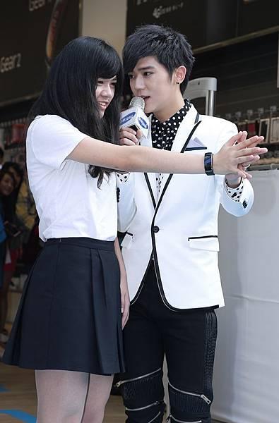 Bii大方邀請粉絲手掌輕觸,並在歌迷耳邊唱出經典情歌「Come back to me」