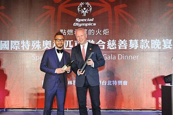 愛心不落人後的中田英壽也為晚宴捐贈了個人創立的頂級清酒品牌限量版「N」牌清酒兩瓶,SINODIS CEO Werner Schuppisser以台幣15萬元得標,掀起晚宴上另一個亮點。