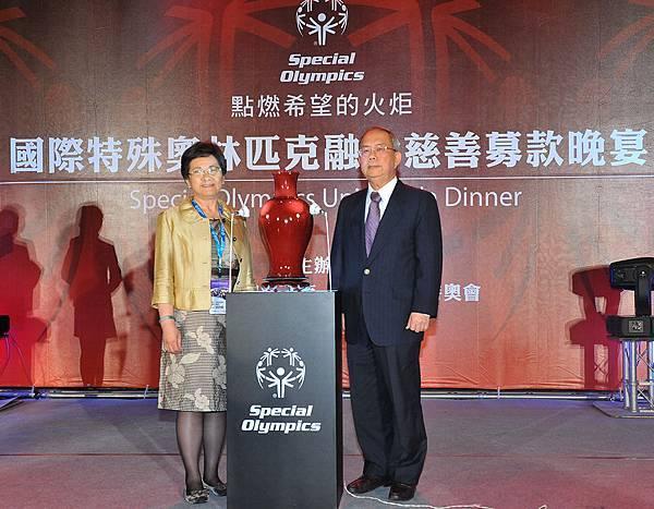 中華台北特奧會秘書長吳琇瑩捐出吳毓棠教授作品《銅紅結晶瓶》,募得今晚最高金額新台幣五十萬元