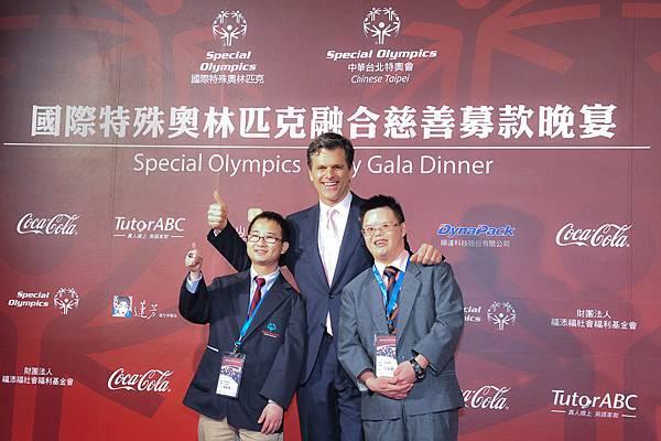 國際特殊奧林匹克和中華台北特奧會攜手主辦慈善募款晚宴,眾多名人也在今晚齊聚晚宴,同台助力募款。左起,特奧運動員陳韋杰先生、國際特殊奧林匹克主席提姆•施萊佛(Tim Shriver)博士、特奧運動員范晉嘉先生。