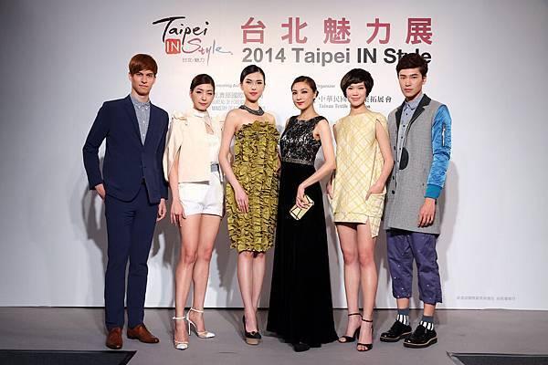 左三起名模王思偉、陳思璇率領眾模展演台北魅力時尚