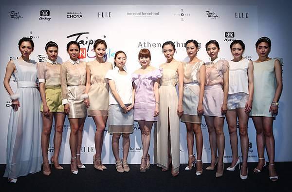 左五起設計師莊承華和台享股份有限公司總經理溫筱鴻與眾女模們合照