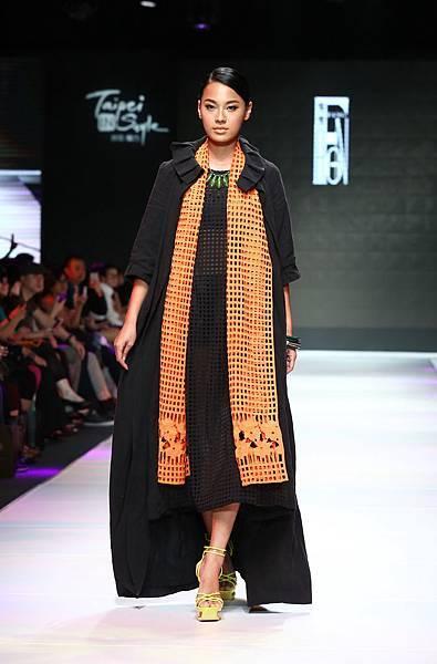 名模王麗雅身穿設計師李小燕服飾走秀
