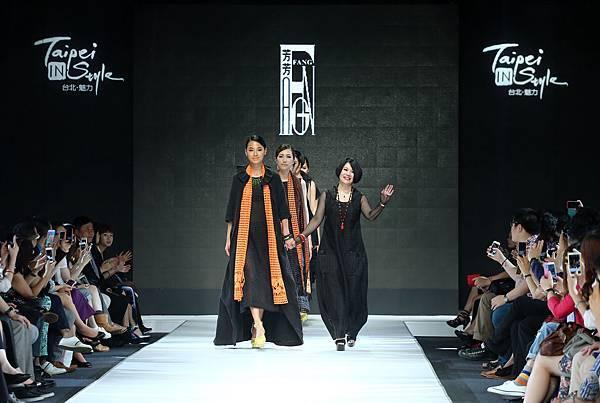 名模林麗雅與設計師李小燕走秀謝幕
