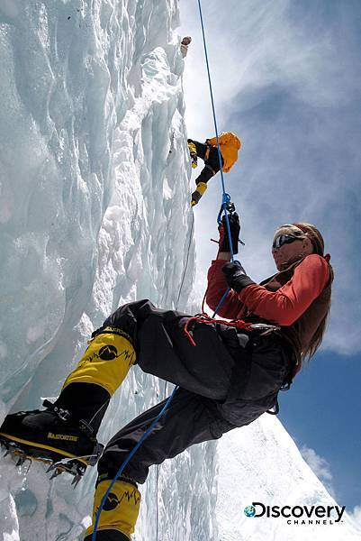 Discovery頻道獨家帶領觀眾以多元的角度,認識這條艱難的登頂之路,並以最直接的方式呈現出聖母峰令人嘆為觀止的險峻景觀,與背後致命的危機。