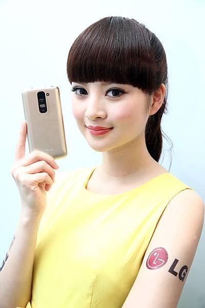 獨特的菱格紋背蓋設計 讓搭配多種顏色的LG G2 mini 4G LTE看起來更加繽紛時尚