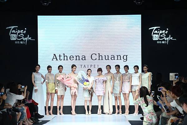 設計師莊承華(左五)和台享股份有限公司總經理溫筱鴻(右六),為觀眾沁出一片輕盈的霓裳世界