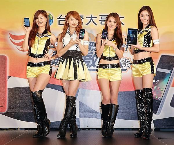 人氣女神-阿喜(左2)與三位賽車女郎展示台灣大最新自有品牌4G飆速手機