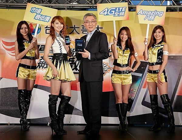 台灣大哥大資深副總經理谷元宏(中)宣布自有品牌4G手機與平板新機上市