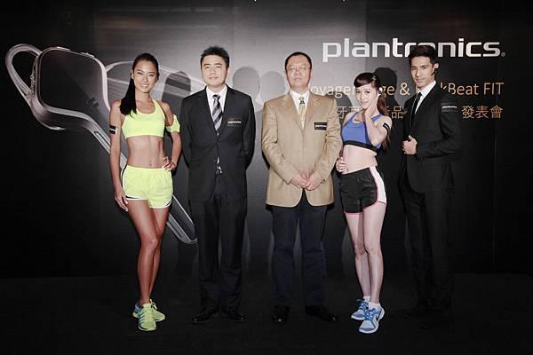 圖說一:Plantronics大中華區零售總監于海峰先生(中)與亞太和中東地區市場產品經理魏毅先生(左二)、名模王麗雅(左一)共同合影。