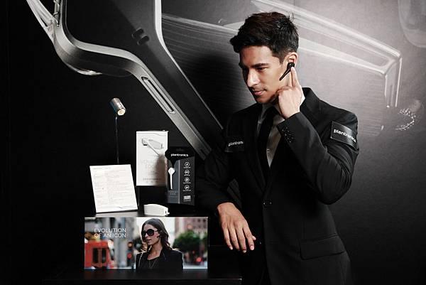 圖說五:Voyager Edge以俐落的外型,搭配高品質通話技術,為商務人士成功打造專業又時尚的行動生活。