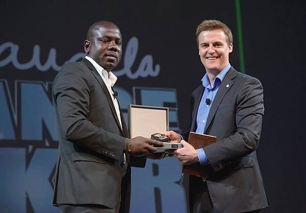 全球消除貧困計畫(Global Poverty Project,GPP)創始人兼執行長休伊凡(Hugh Evans)獲贈萬寶龍名人系列李奧納多限量書寫工具