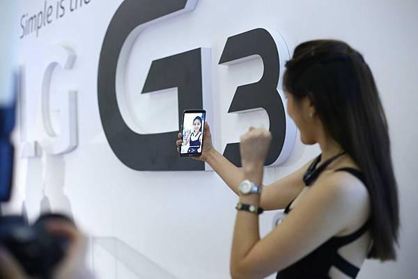 LG G3獨家自拍手勢,面對鏡頭做出輕握拳頭的手勢,G3 便會自動偵測並開始倒數三秒自拍模式,輕鬆完成自拍動作。
