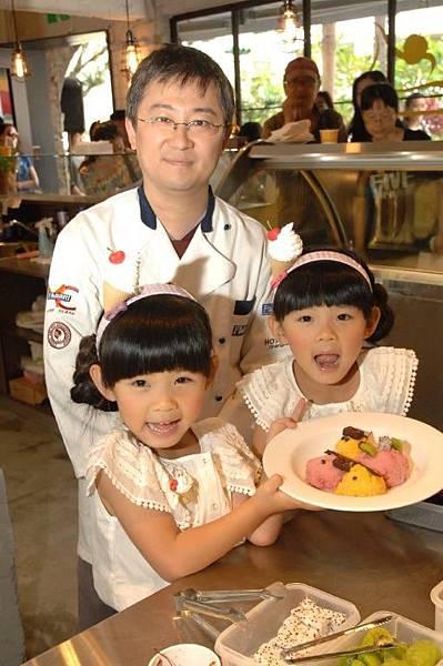 二人完成第一個任務喔, 自己做的冰淇淋拼盤. 後面為駱師傅