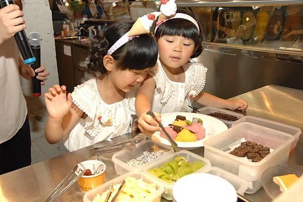 左左右右擔任冰淇淋師傅, DIY冰淇淋拼盤, 相當認真且玩的相當開心