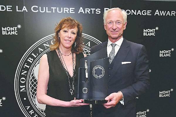 珍‧羅森索(Jane Rosenthal)從萬寶龍文化基金會會長貝陸慈(Lutz Bethge)手中接過象徵榮耀的獎盃
