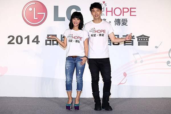 LG品牌公益大使黃美珍與創作才子陳威全出席LG品牌公益記者會,透過LG品牌公益之歌《Life's Good with HOPE》傳遞愛與希望