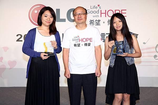 """LG 2014首波""""幸福人聲Life's Good LG品牌公益之歌徵詞網路活動""""冠軍於6月6日正式出爐,今天也特別正式頒發獎項給得獎者,左起亞軍得主劉芮均,台灣LG電子董事長金柄亨,冠軍得主楊宏郁。"""