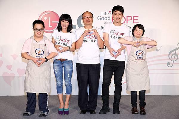 台灣LG電子董事長金柄亨宣布,凡2014年7月到9月間購買LG全商品並上官網登錄,每登錄一筆LG將捐出新台幣100元給喜憨兒社會福利基金會作為「送希望到偏鄉」公益活動基金。
