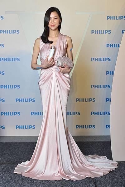 時尚名媛孫瑩瑩首次擔任美容小家電證言人 與Philips Beauty聯合設計VisaCare微晶煥膚美膚儀專屬限量款手工蕾絲包
