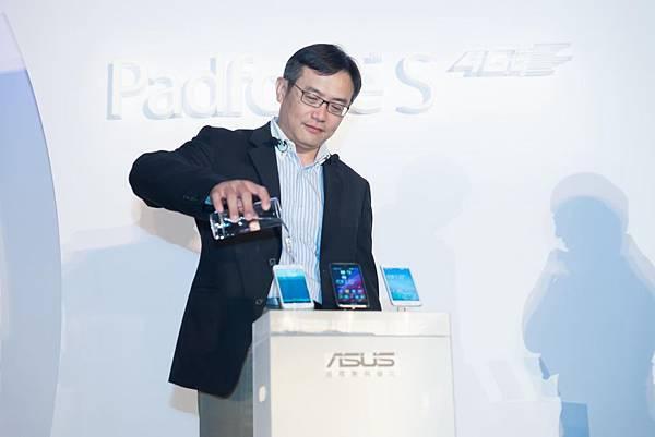 全新PadFone S設計時尚洗鍊,支援台灣4G LTE 全頻段,符合國際級電信商IPX2防潑水測試標準,生活防潑水讓手機巧遇突發狀況也毋須擔心
