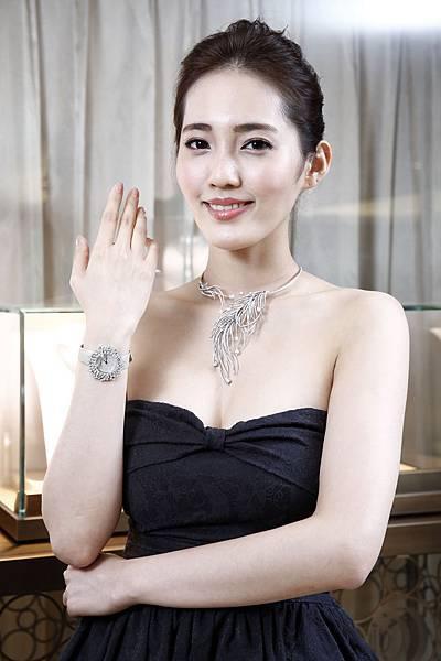 1.名模王予柔配戴90周年珠寶Charleston羽毛項鍊及Mimosa腕錶流露出20年代女性高貴不凡的氣息