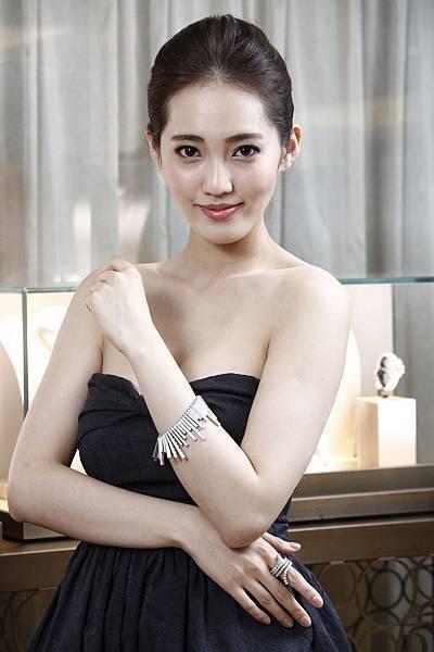 3.名模王予柔配戴90周年珠寶Cascade瀑布手環結合Eden戒指,優雅的帶出30年代不凡的設計風格