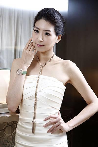 4.名模徐自璇配戴90周年珠寶Tassel流蘇項鍊搭配D.Lace腕錶,展現50年代女性的迷人魅力