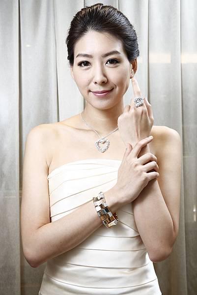 6.名模徐自璇配戴90周年珠寶Legend傳奇手環搭配Anima項鍊及戒指